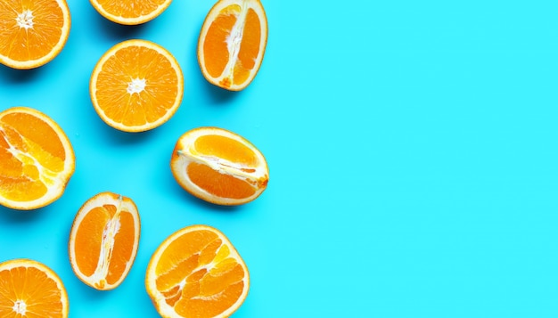 Alta vitamina c, succosa e dolce. frutta arancione fresca su priorità bassa blu.