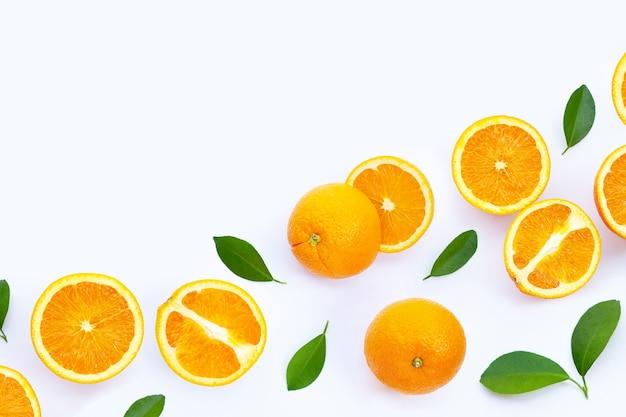 Alta vitamina c, succosa e dolce. frutta arancione fresca sulla superficie bianca.