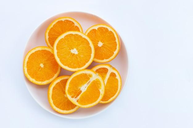 Alta vitamina c, succosa e dolce. frutta arancione fresca sulla parete bianca.