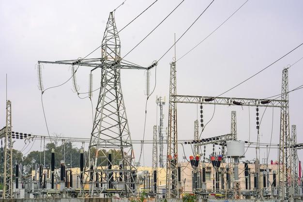 Pali elettrici ad alta tensione. stazione di trasformazione.
