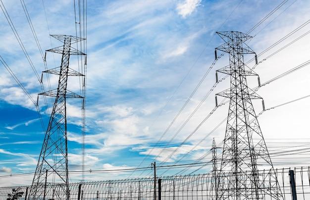 Pilone di elettricità ad alta tensione sul cielo blu