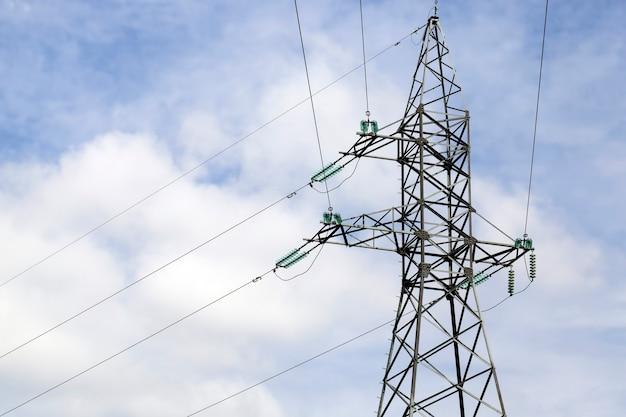 Pali ad alta tensione con fili elettrici, pali progettati e fili metallici per il trasporto di corrente elettrica, la costruzione in metallo è sicura nel rispetto della tecnologia e delle normative di sicurezza