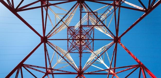 Palo ad alta tensione. priorità bassa del cielo della torre ad alta tensione.