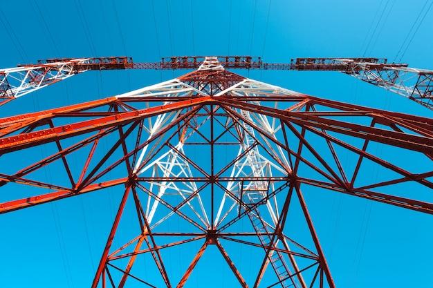 Posta ad alta tensione cielo della torre ad alta tensione