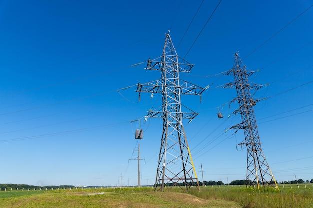 Linee elettriche ad alta tensione contro il cielo blu.