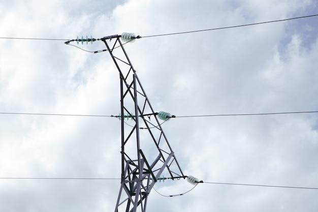 Linee elettriche ad alta tensione in una sera nuvolosa