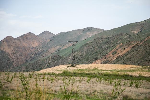 Stazione ad alta tensione sulla superficie di una montagna rossastra