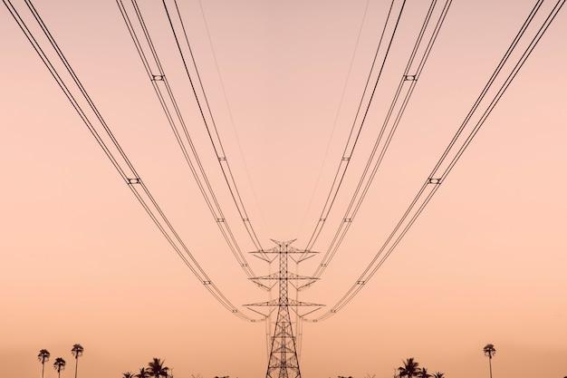 Torre di trasmissione ad alta tensione e cavo di cablaggio della tensione elettrica con lo sfondo del cielo.