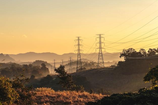 Torre di trasmissione ad alta tensione al tramonto