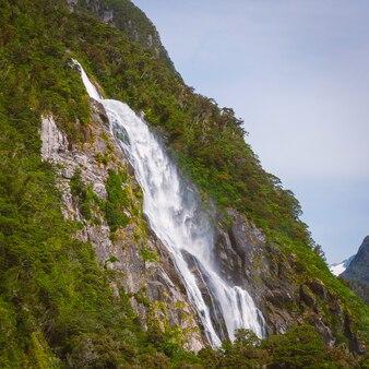 Alta cascata in milford sound, nuova zelanda, foto scattata dal traghetto da crociera