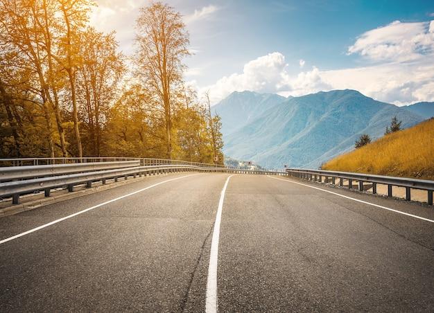 Strada dell'altopiano attraverso le montagne