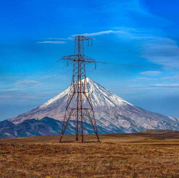 Linee di trasmissione ad alta tensione e il vulcano vilyuchinsky penisola kamchatka russia