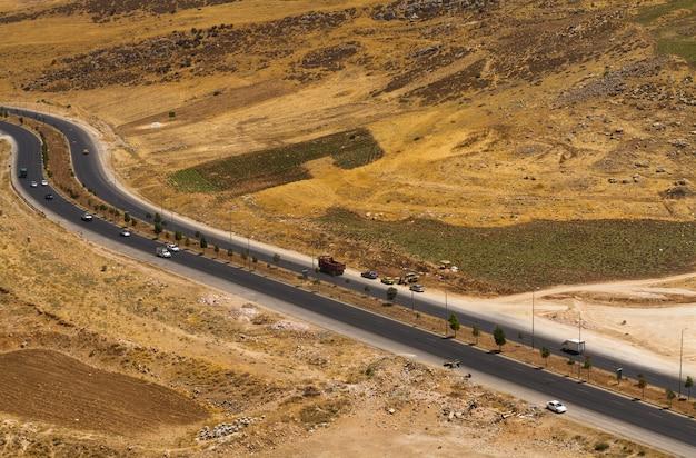 Autostrada nel deserto vista dall'alto - drone girato per strada autostrada
