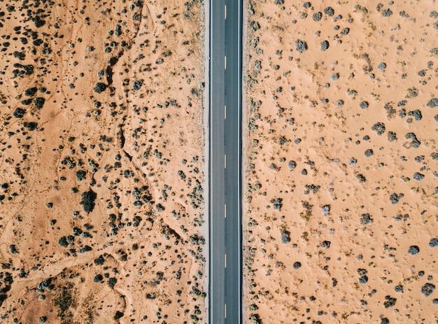 Una strada nel deserto degli stati uniti vista aerea dall'aria