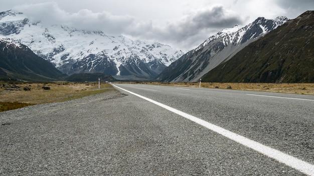 Autostrada che conduce attraverso la valle alpina girato nel parco nazionale di aoraki mt cook, nuova zelanda