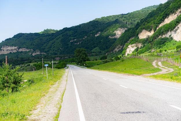 Autostrada in montagna in estate