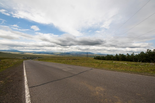 Autostrada e paesaggio stradale e vista in georgia, foto di viaggio