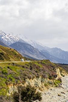 Autostrada nelle alpi meridionali lungo la costa