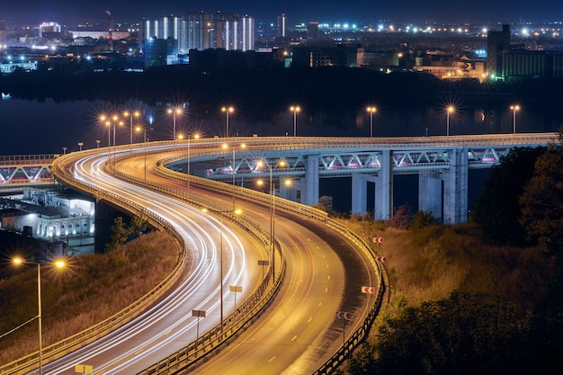 Autostrada con luci notturne