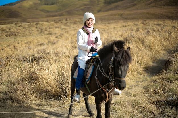 La donna hijab cavalca un cavallo a bromo east java