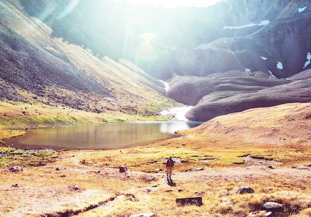 Escursione nelle montagne autunnali. tema della stagione autunnale.