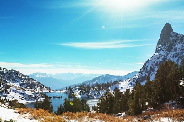 Escursione al bellissimo lago minareto, ansel adams wilderness, sierra nevada, california, usa.stagione autunnale.
