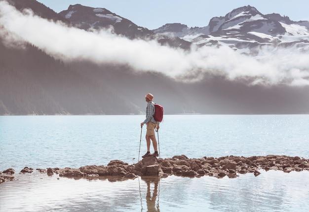 Escursione alle acque turchesi del pittoresco lago garibaldi vicino a whistler, bc, canada. destinazione escursionistica molto popolare nella columbia britannica.