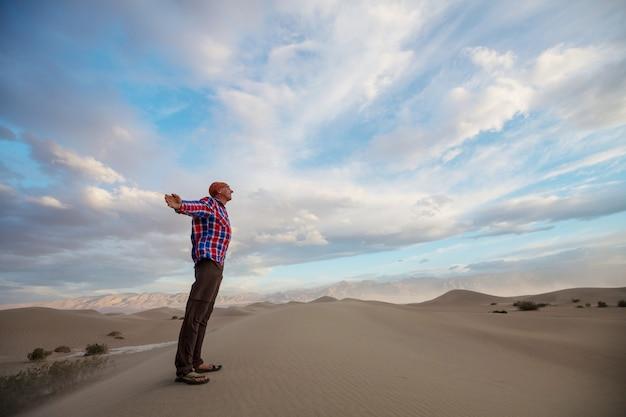 Escursionista tra le dune di sabbia nel deserto