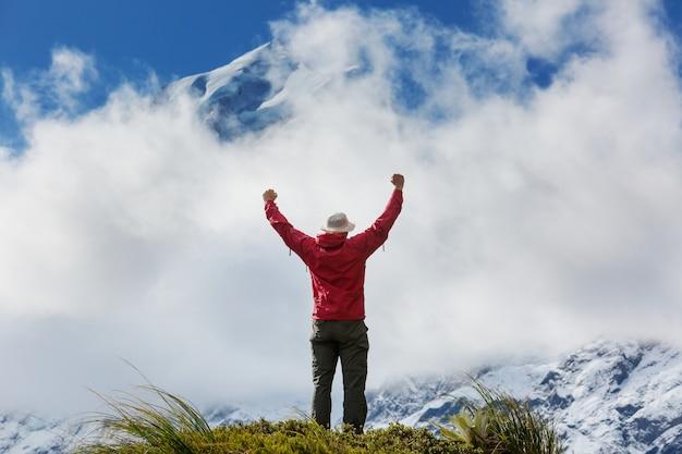 Escursionista in splendide montagne vicino a mount cook, nuova zelanda, isola del sud