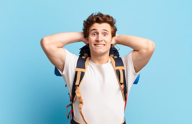 Ragazzo escursionista che si sente stressato, preoccupato, ansioso o spaventato, con le mani sulla testa, in preda al panico per errore