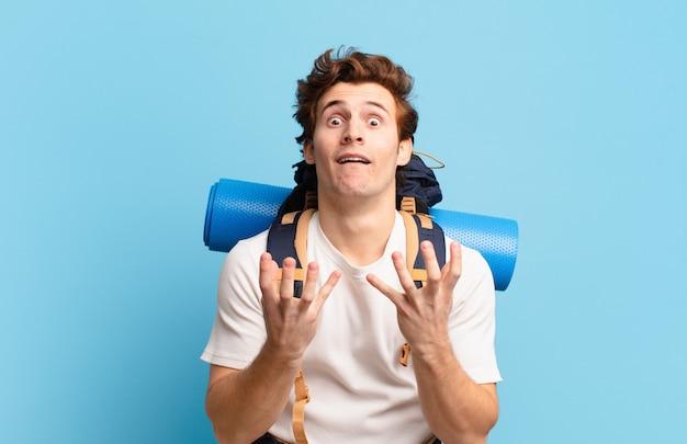 Ragazzo escursionista che sembra disperato e frustrato, stressato, infelice e infastidito, urla e urla and