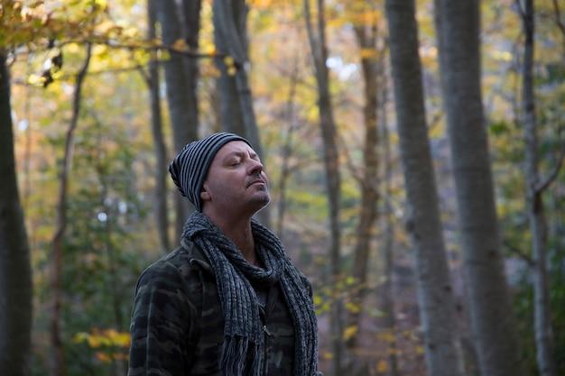 Escursionista che respira aria pura di foresta