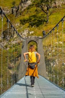 Un escursionista che attraversa il ponte sospeso holtzarte, larrau. nella foresta o nella giungla di irati, a nord della navarra in spagna e nei pirenei atlantici della francia