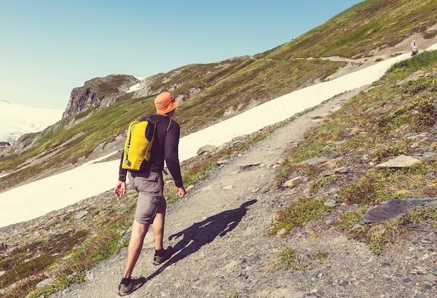Escursionista in exit glacier, il parco nazionale di kenai fjords, seward, alaska