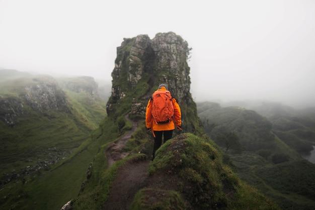 Escursionista a fairy glen sull'isola di skye in scozia
