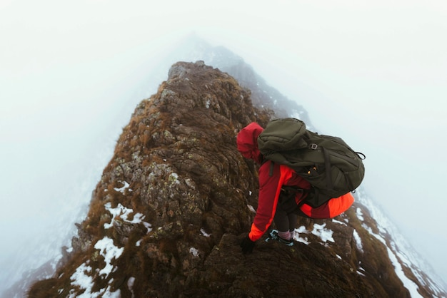 Escursionista al vertice helvellyn nel lake district inglese, england