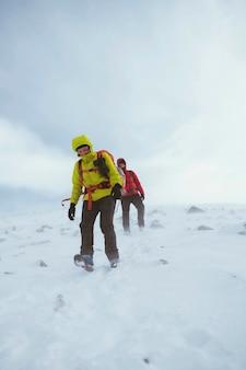 Escursionista che fa un'escursione su una montagna innevata