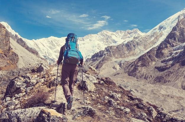 Viandante in montagna dell'himalaya. nepal
