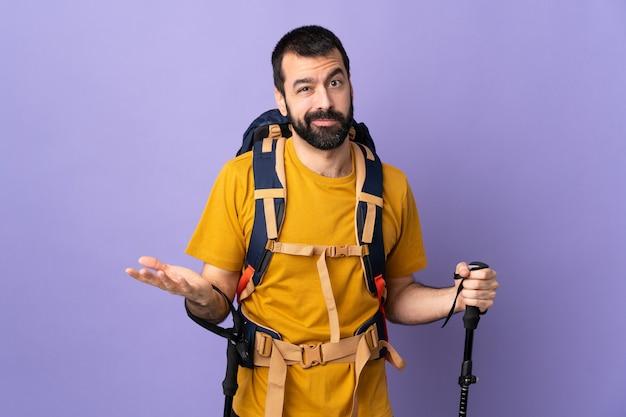 Uomo della viandante sopra la parete isolata