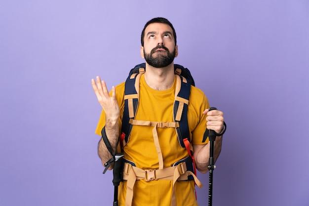 Uomo escursionista isolato