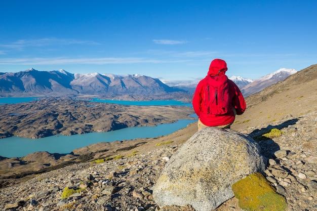 Escursionista nel parco nazionale perito moreno, patagonia, argentina