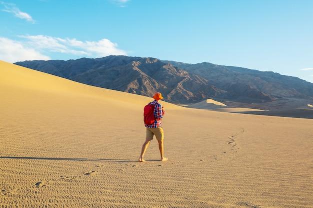 Escursionista nel deserto di sabbia. ora dell'alba.