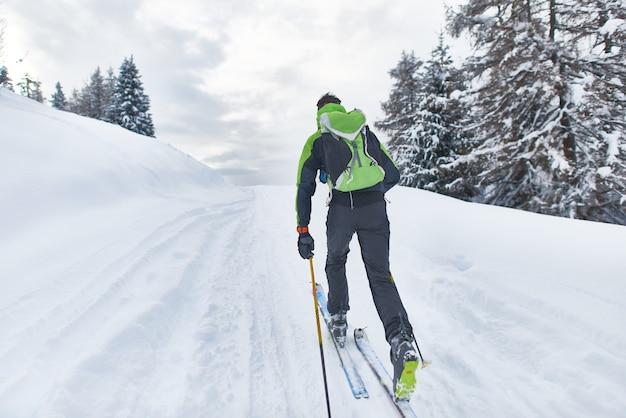 Uno sciatore escursionista in una gita in solitaria