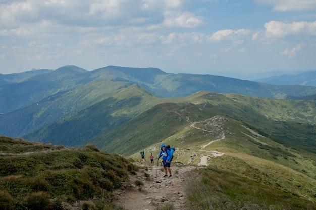 Escursionista in cima alle montagne dei carpazi. concetto di stile di vita sportivo di viaggio.