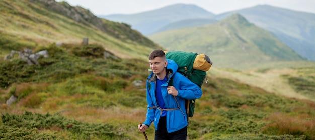 Escursionista sulla cima delle montagne dei carpazi