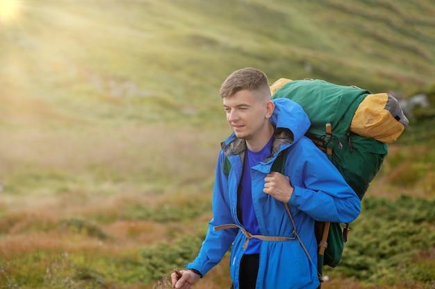 Escursionista in cima alle montagne dei carpazi