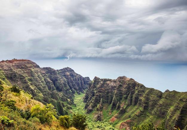 Escursionista sul sentiero alle hawaii, usa