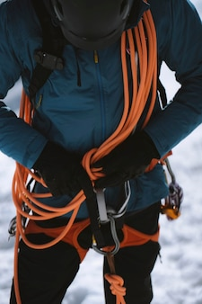 Escursionista con dispositivo di assicurazione intorno alla vita