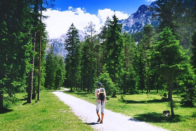Escursionista donna che si rilassa all'aperto sulla natura viaggio nelle dolomiti italia europa vacanze estive