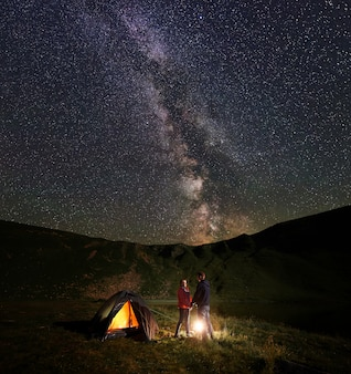 Escursionisti in campagna di notte